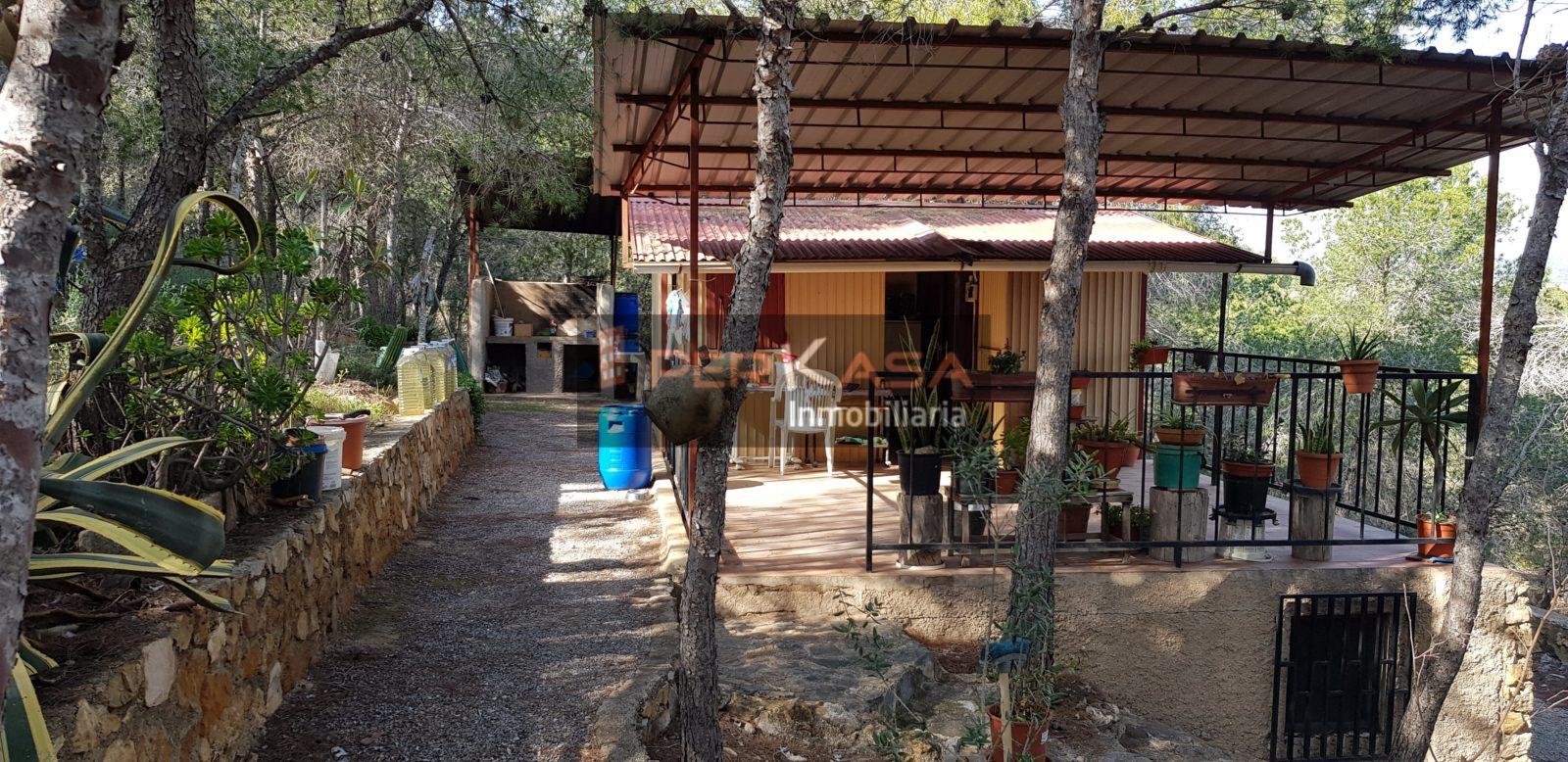 Parcela con casa en Urbanización Cantalares.